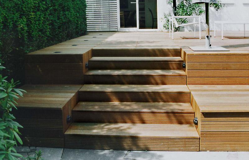 Fabulous Gartengestaltung mit Holzterrasse und Gartenbeleuchtung DF09
