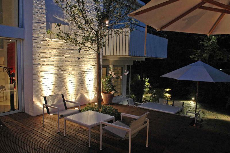 Gut bekannt Gartengestaltung mit Holzterrasse und Gartenbeleuchtung DP46