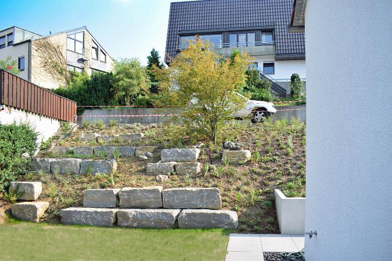 Gartengestaltung Am Hang Mit Sitzsteinen Aus Muschelkalk