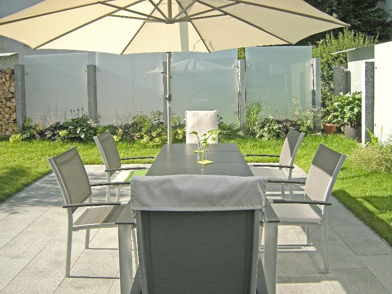 gartengestaltung mit sichtschutz aus glas in leonberg. Black Bedroom Furniture Sets. Home Design Ideas